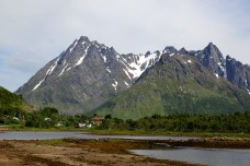 Higravtinden (left) seen before Årnøya