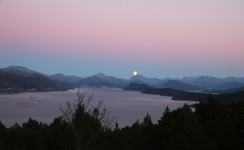 Ellingsøyfjorden and the moon